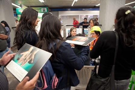 Segundo Es.ka.ke Ambulante, estación Pino Suárez, En la mesa: Christiane Burkhard (Alemania) y Danna Levin (México). Foto: cortesía R. A. T.