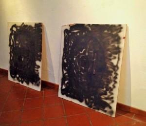 Enrique Ježik en colaboración con Redas Diržys, Acción Dos de Octubre, 2009. Dos paneles de triplay impresos, cancelados con pintura negra, correas de mochila