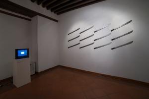 Ilán Lieberman, Mexicanos al grito de guerra, video en loop; y Miguel Rodríguez Sepúlveda, Nihil admirari, segunda versión, 2014.  16 machetes con sus hojas recortadas mediante láser y textos en latín.